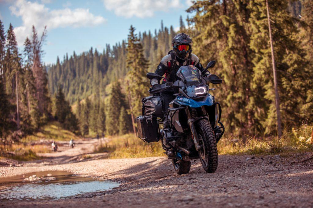 Motorrad Reisen. Mit der BMW GS durch den Wald. Bild: Andy Balaz
