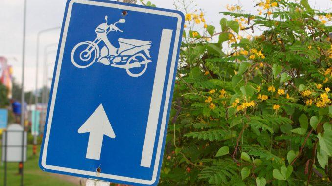 Die richtige Fahrschule finden ist ausschlaggebend für Spaß und Erfolg beim Motorradführerschein. Die passende Fahrschule finden mit den besten Tipps. Auch für den A1 Führerschein.