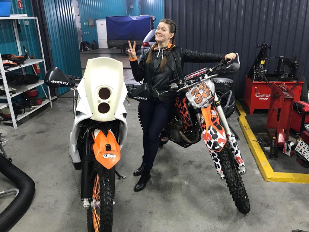 Anastasia und ihre zwei KTM Motorräder