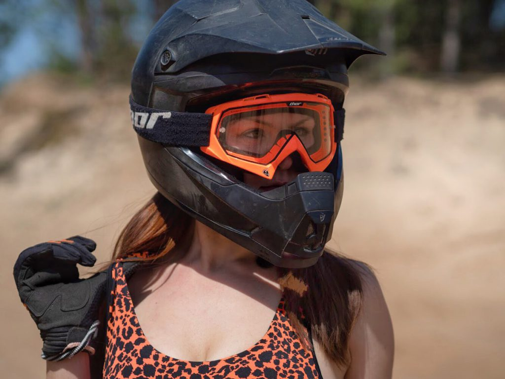 Mit Helm und Handschuhe. Schutzausrüstung beim Motorradfahren.