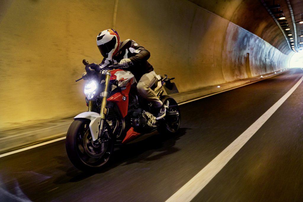 BMW F 900 R im Tunnel