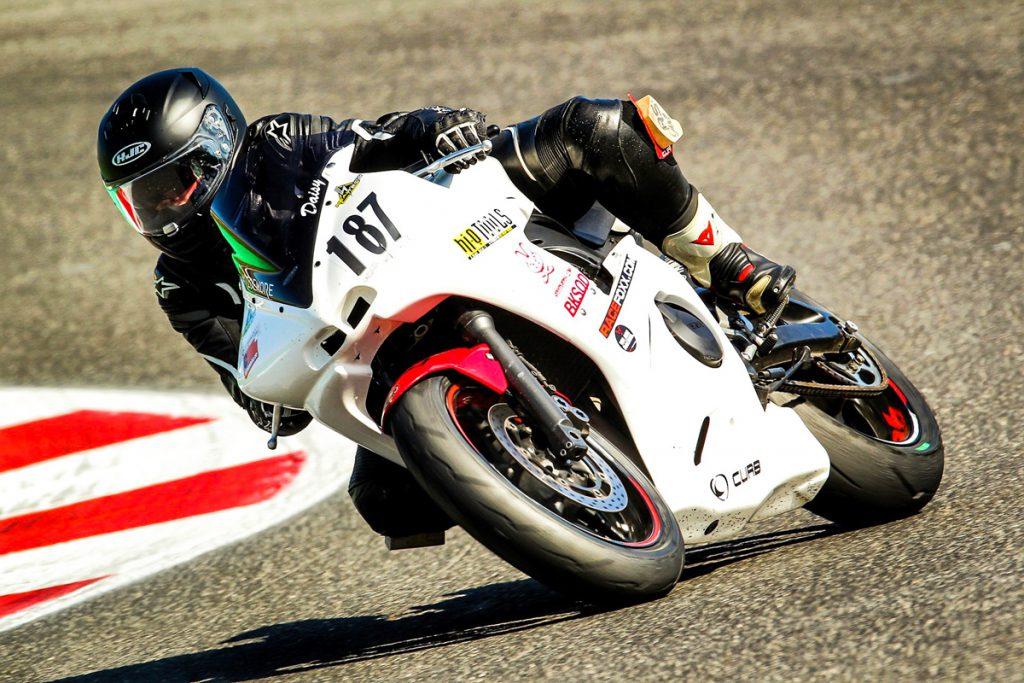 Yamaha R6 auf der Rennstrecke in Kurve