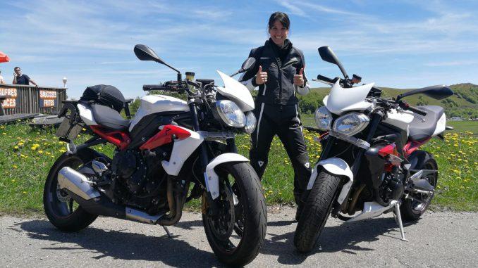 Laura mit zwei Triumph-Bikes.