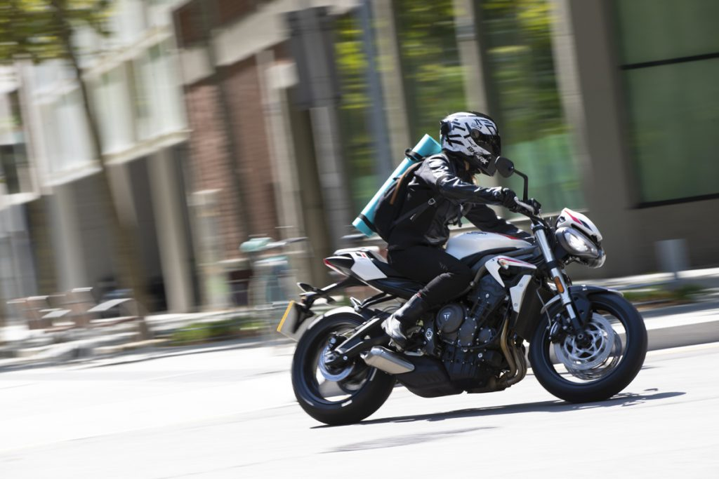 Die Triumph in der Stadt. Ein agiles Motorrad.