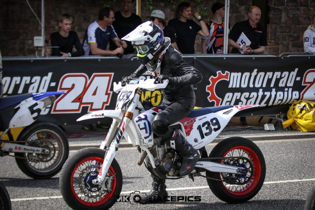 Am Start beim Supermoto Motorradrennen.