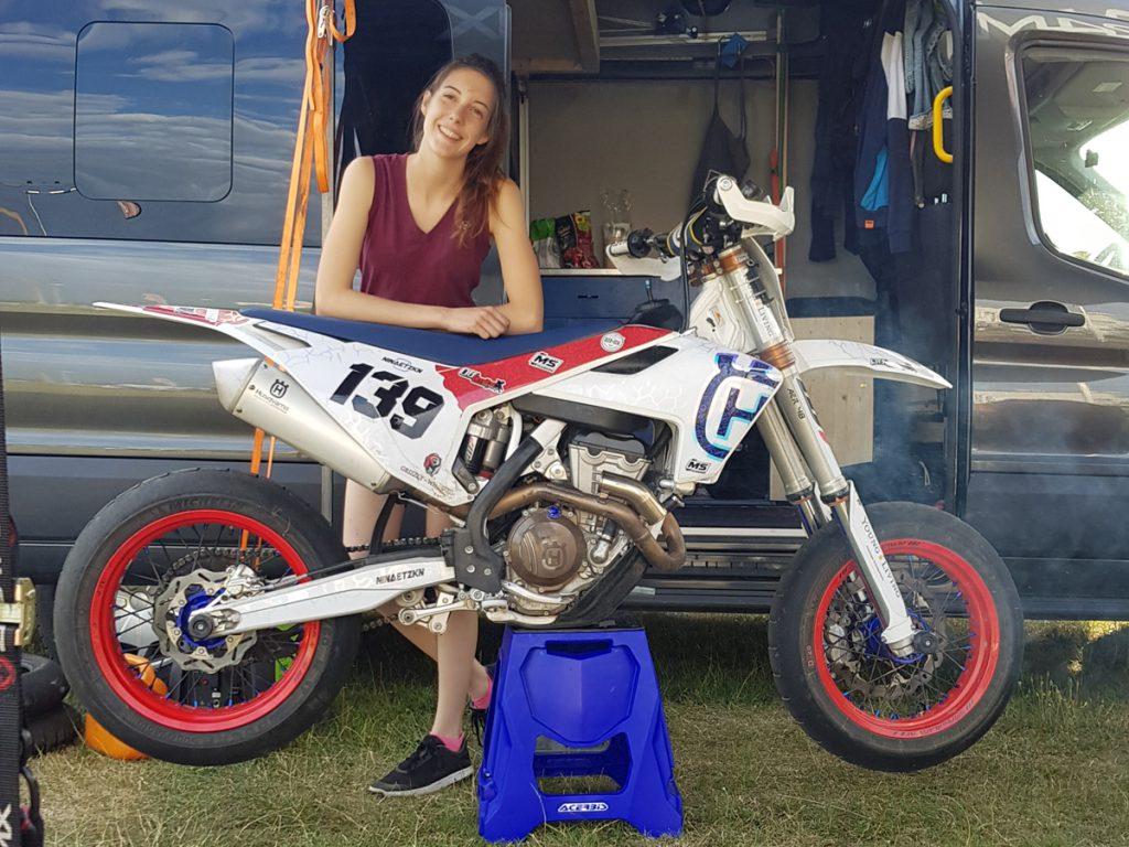 Nina mit Husquarna-Supermoto-Motorrad und Transporter.