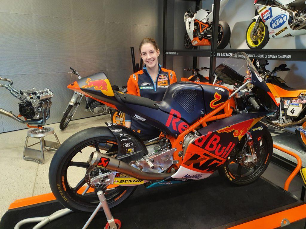Nina und die 2017er KTM Moto3 Maschine in der KTM Motohall.