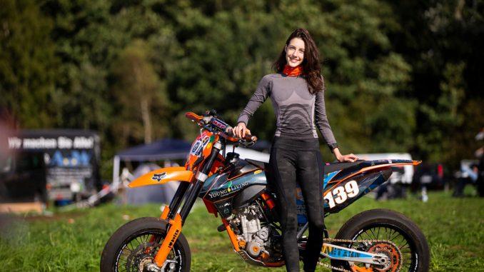 Nina fährt Rennen und lernt bei KTM Motorradmechaniker