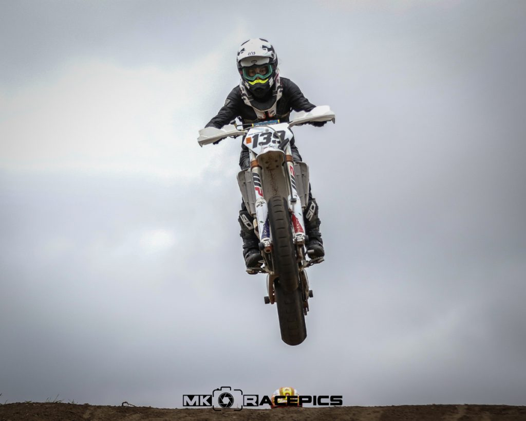 Motocross Rennen Husquarna im Sprung