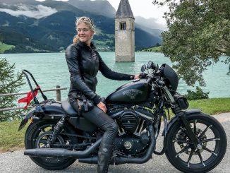 Motorradtour durch die Alpen mit Fotostop am Reschensee