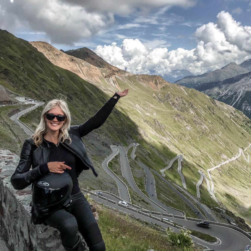 Stilfser Joch Blick zurück ins Tal - Motorradfahren in den Alpen
