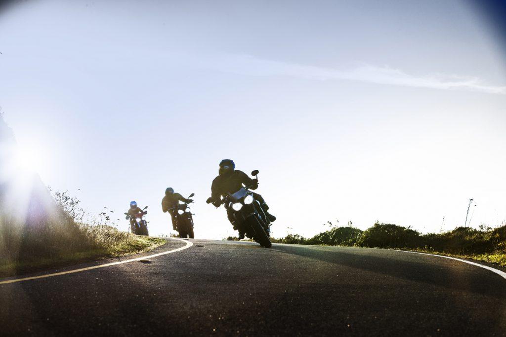 Triumph Street Triple RS wird von anderen Motorrädern verfolgt.