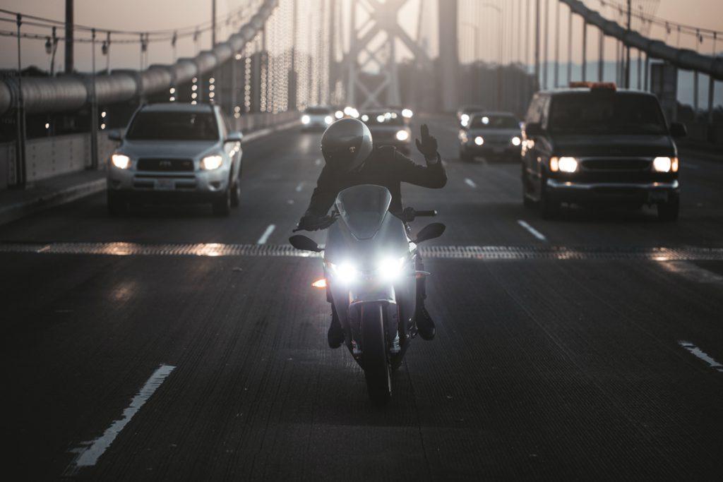 Mit dem Elektromotorrad flott durch den Straßenverkehr.