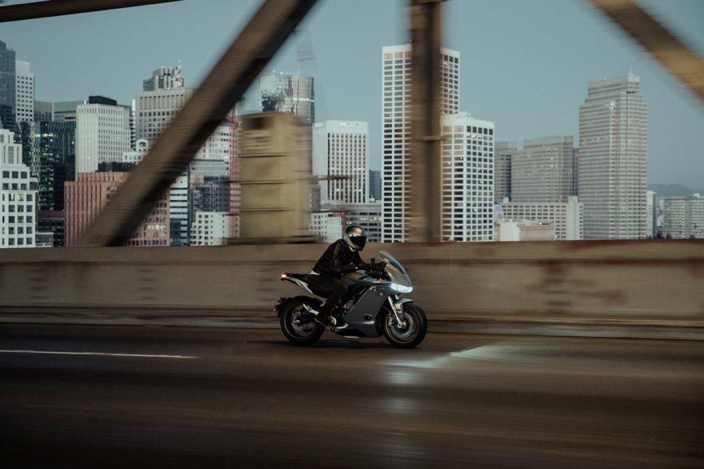 Mit einer Höchstgeschwindigkeit von 200 kmh kommt man mit der Zero SRS ganz flott voran.