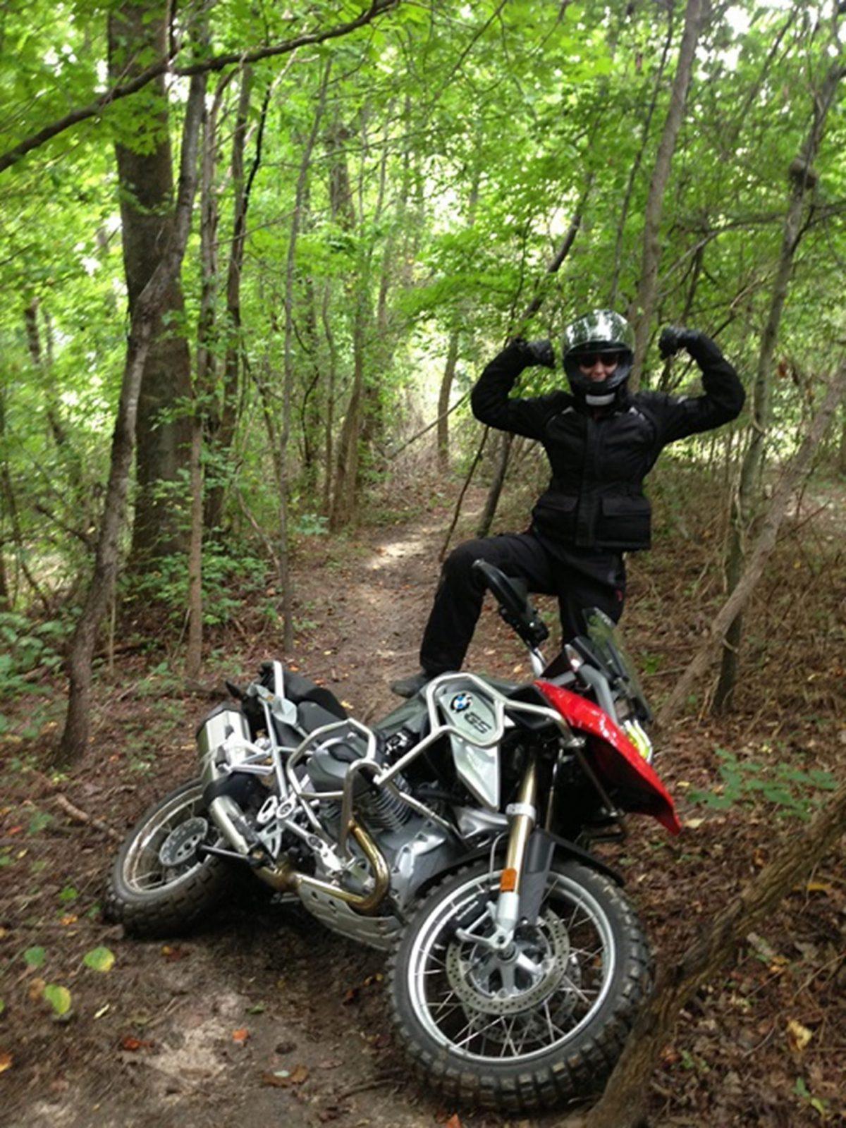 Frauen die Motorrad fahren. Als eingefleischte Motorradfahrerin weiß Christi genau, warum du nicht mit einer Frau ausgehen solltest, die Motorrad fährt!