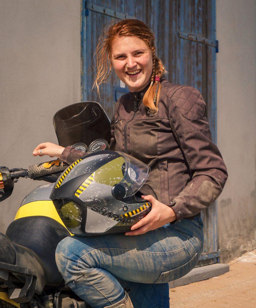 Iris mit Motorrad und Shark-Helm