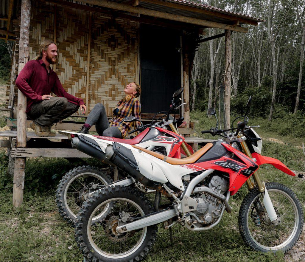 Auf Motorradtour durch Asien. Iris mit Freund auf der Veranda.