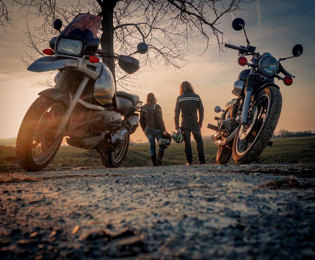 Im Sonnenuntergang mit 2 Motorrädern
