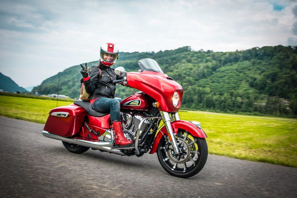 Indian Chieftain durch die Berge. Motorradfahren in Rot.