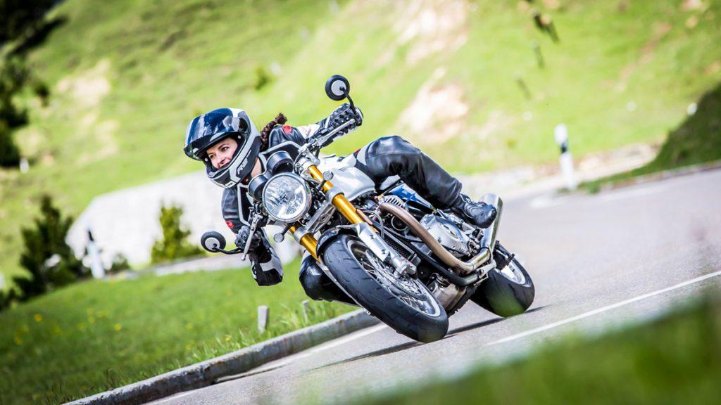 Beim Motorradfahren mit ordentlich Schräglage durch die kurve.