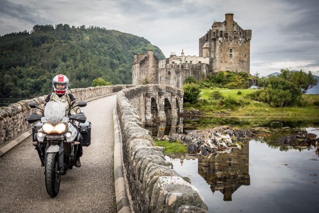 Mit der Triumph Tiger über eine Brücke fahren. Motorradfahren in England.