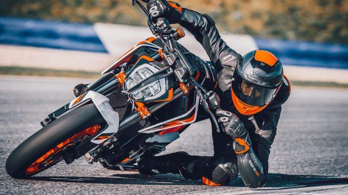 KTM 890 Duke K dynamisch auf der Rennstrecke