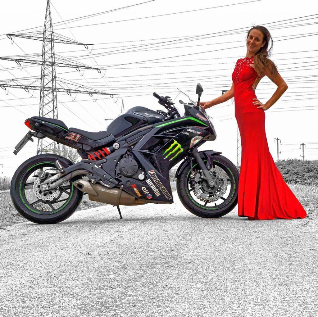 Kawasaki ER 6f und rotes Kleid