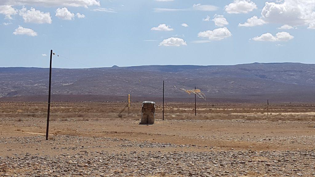 Wegweiser in Südafrika. Da steckt schon mal ein Auto im Sand.