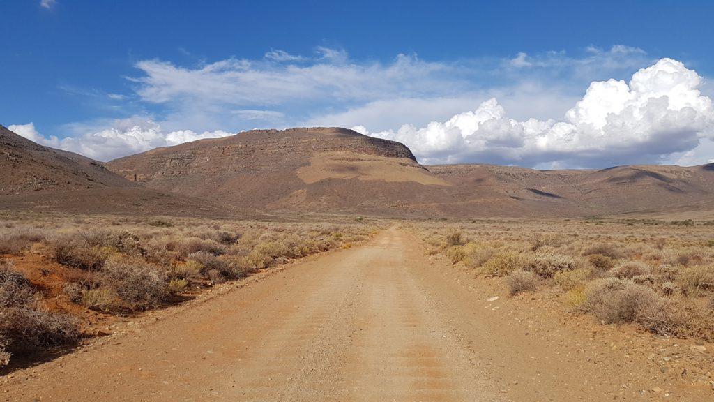 Schotterpiste mit Bodenwellen in der Tankwa Karoo, Suedafrika.