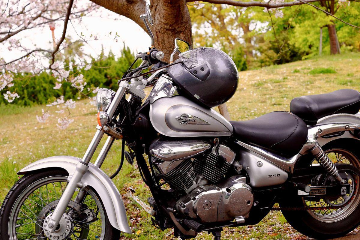 Wer in der aktuellen Situation auf Motorrad oder Roller angewiesen ist, muss sein Gefährt nach dem Winter wieder fit machen. Tipps zum Motorrad auswintern.