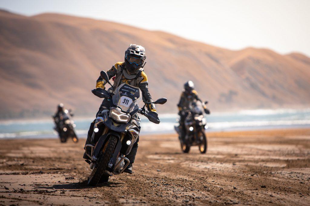 Motorradfahren am Strand in Neuseeland