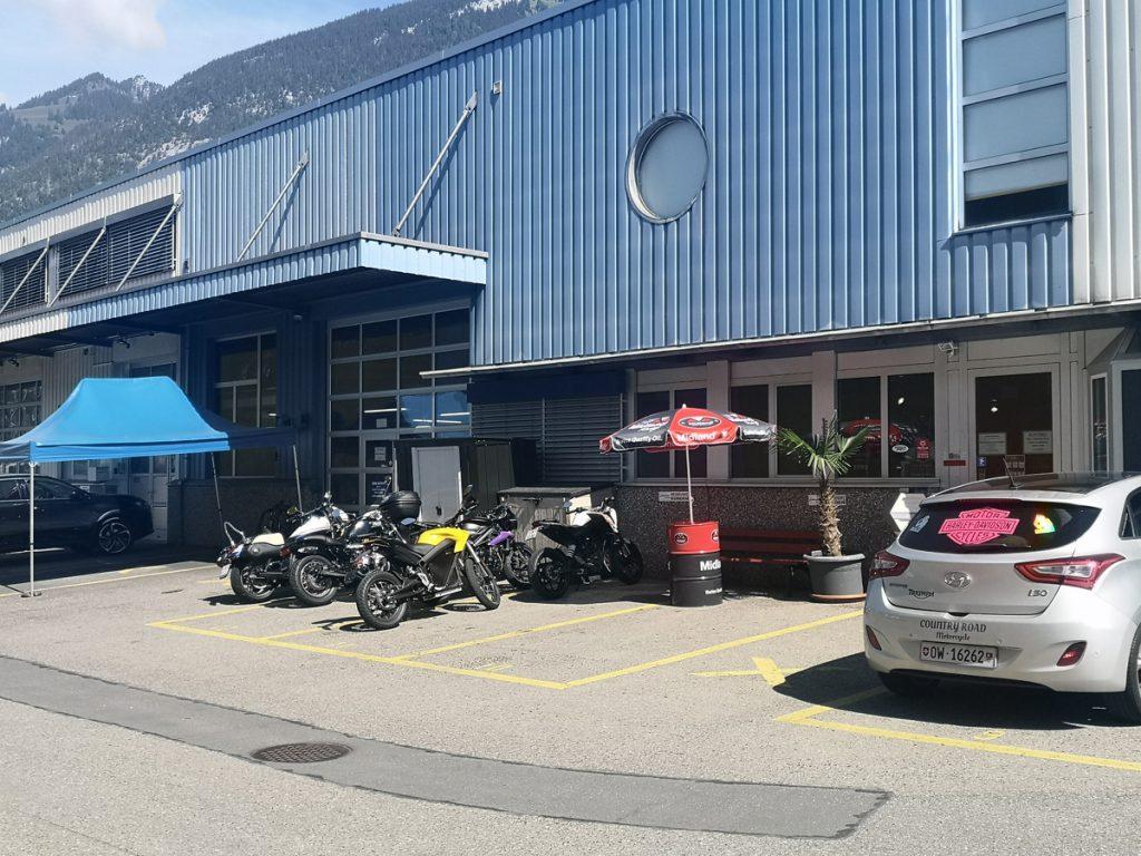 Motorräder vorm Geschäft und der Werkstatt.