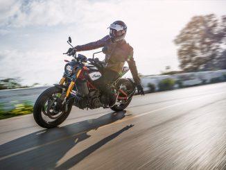 Indian 2020 FTR Carbon mit lässiger Motorradfahrerin