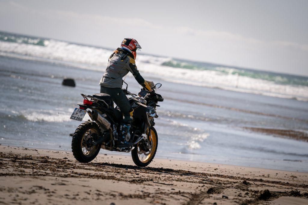 Nikki BMW F850GS Motorradfahren am Strand von Neuseeland