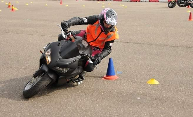 Motorradfahren trainiert Nikki mit Motogymkhana.