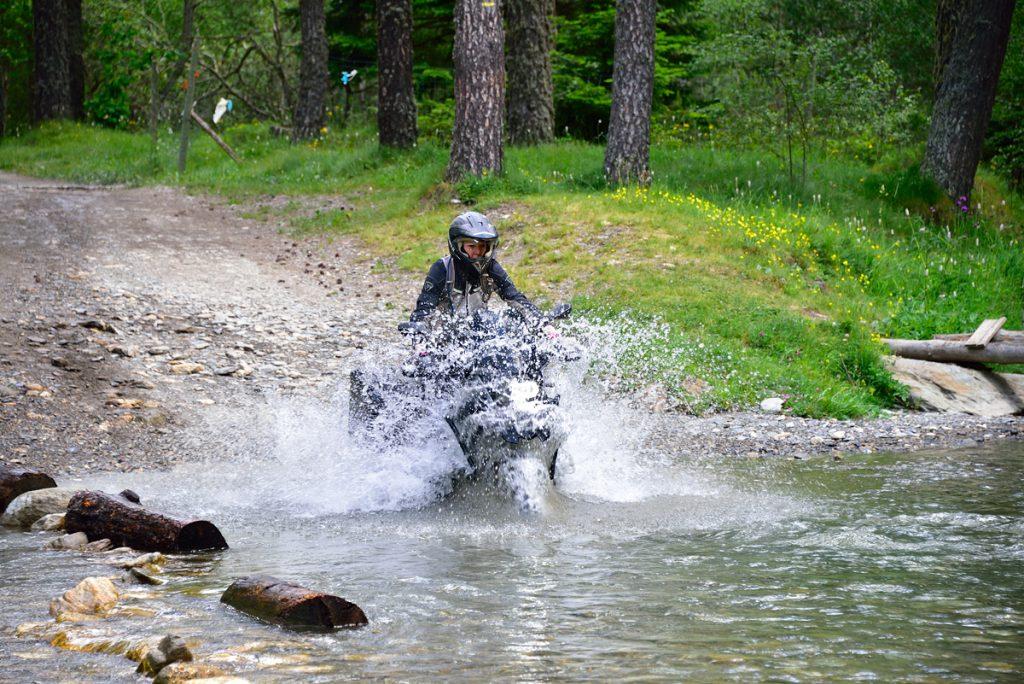 Motorradfahren mit der BMW R1200GS durch den Fluss