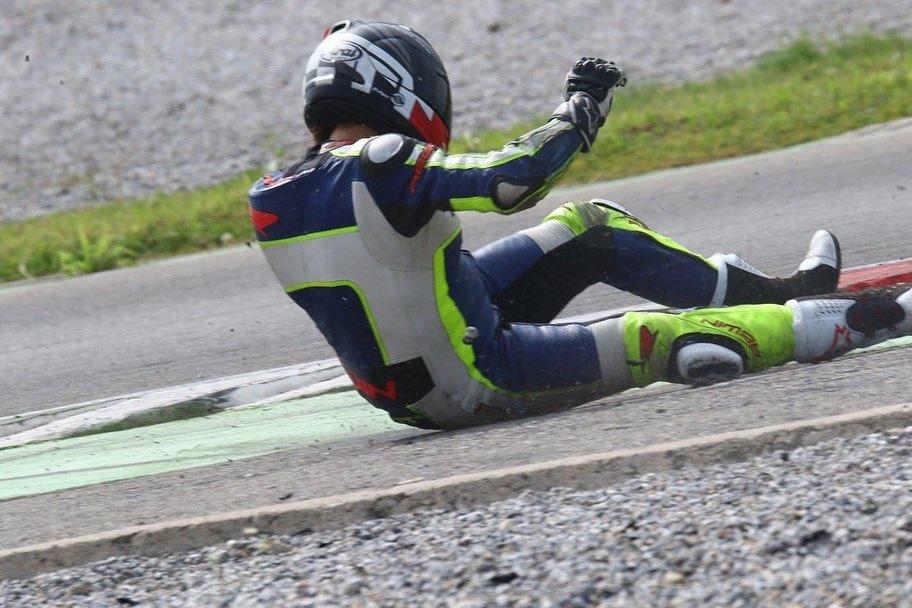 Motoradfahren kann auf der Rennstrecke auch mal so enden. Wohl dem, der eine gute Schutzausrüstung hat.