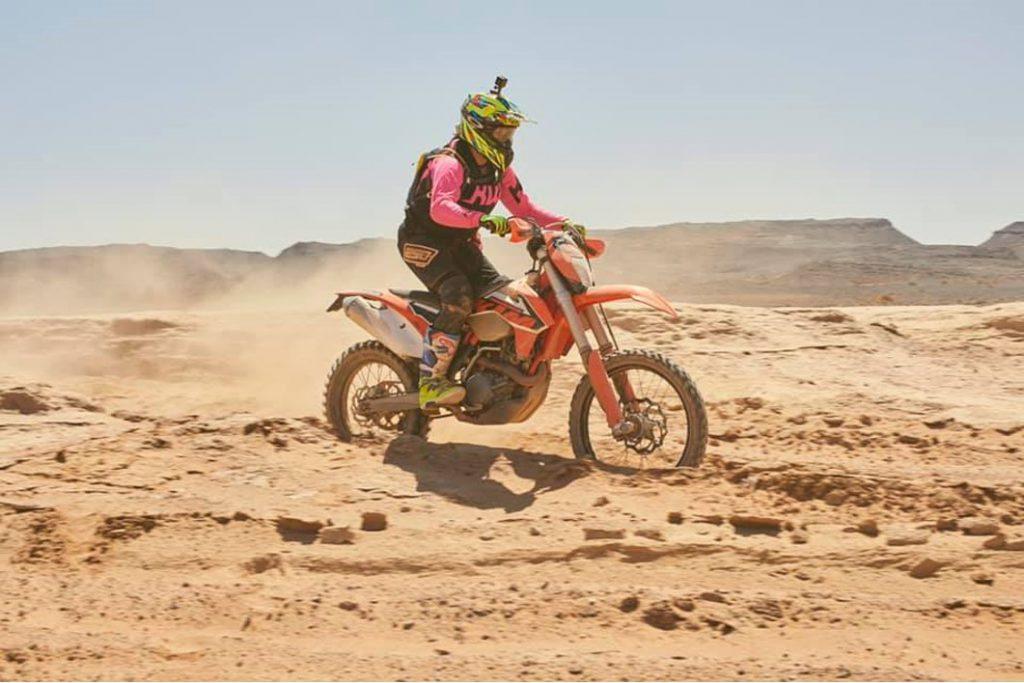 Enduro Wüstentraining in Marokko. Motorradfahren im Sand.