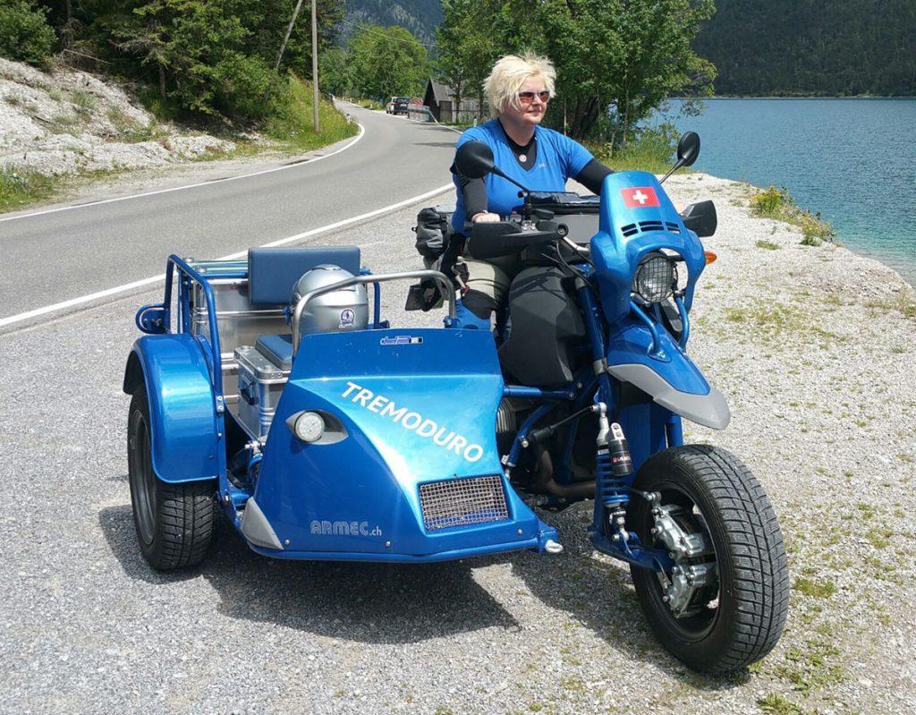 BMW mit Beiwagen als Gespann am See in der Schweiz