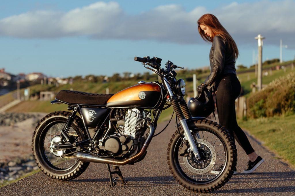 Susanna Grey und Yamaha SR 400