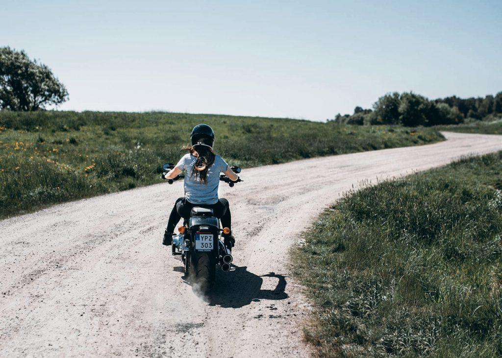 Susanna Grey Motorrad Feldweg