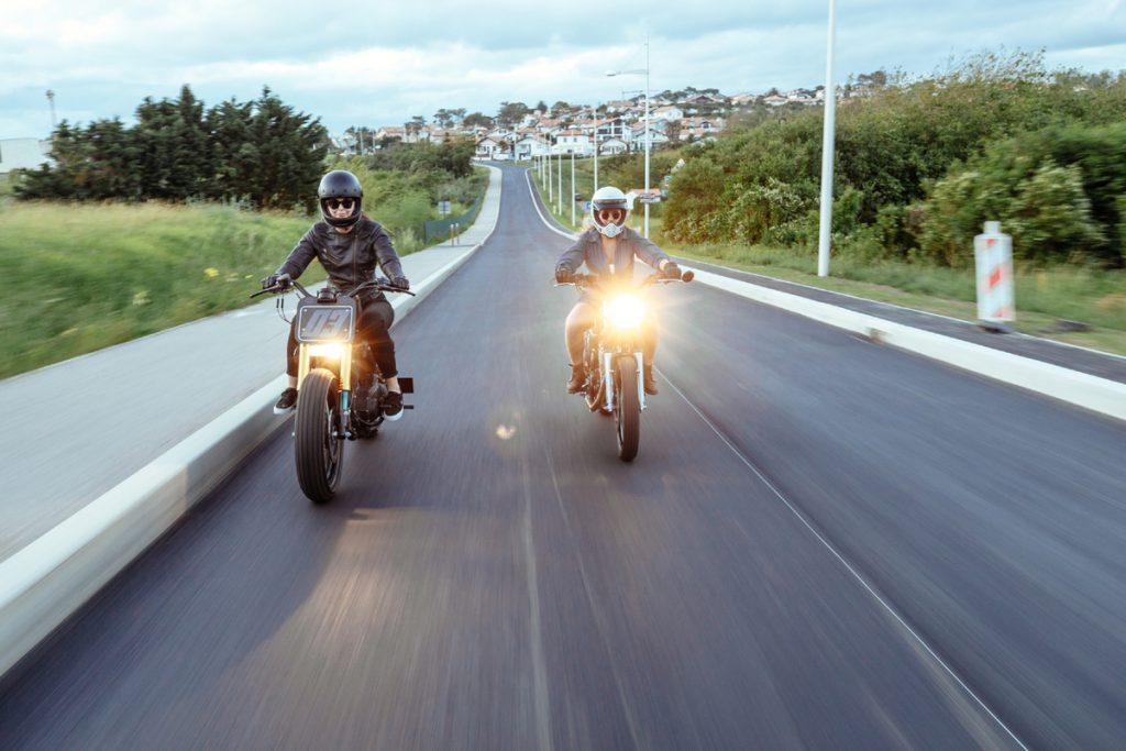 Zwei Motorräder auf der Strasse