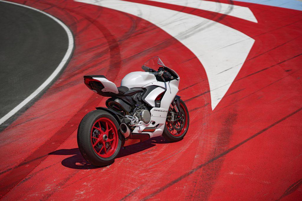 Ducati Panigale V2 White Rosso auf rotem Asphalt