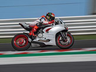 Ducati Panigale V2 White Rosso fliegt auf der Rennstrecke vorbei