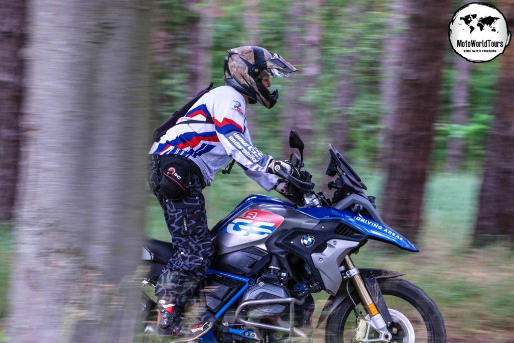 BMW GS offroad im Wald