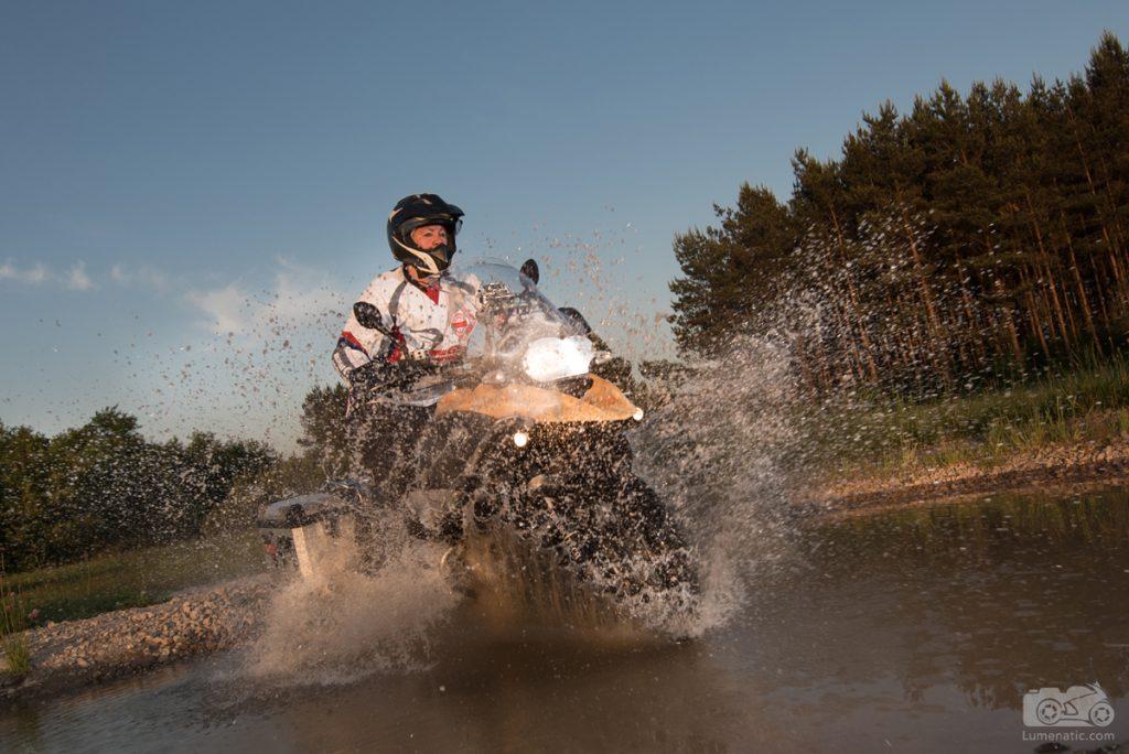BMW durchs Wasser fahren. Bild: lumenatic.com