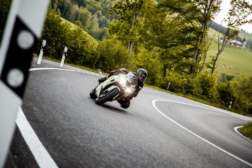 Kawasaki in Schräglage durch die Kurve