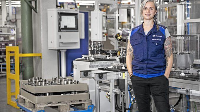 Melanie an ihrem Arbeitsplatz im BMW Werk Berlin