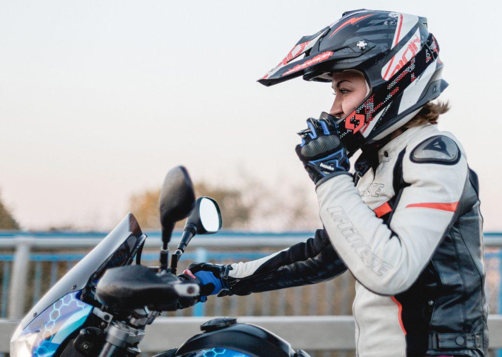 Yamaha Scott Motorradhelm und Dainese-Jacke