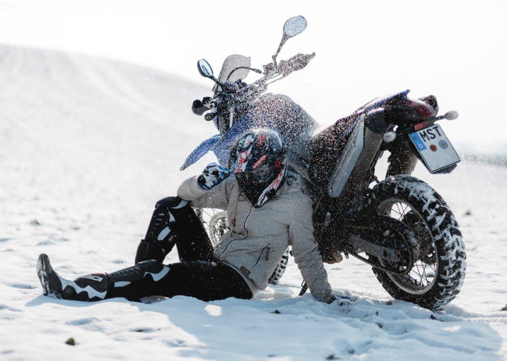 Yamaha XT660R im Schnee. Bild: Dana Wagemann